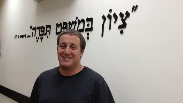 Meir Deutsch, directeur de la politique et des relations gouvernementales à Regavim, au bureau de l'organisation à Shaar Benyamin, le 29 avril 2015 (Crédit : Elhanan Miller / Times of Israël)