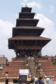 Une vue de l'un des temples de Bhaktapur avant le séisme du 25 avril. La seule partie restante est maintenant les échelons inférieurs de briques avec les lions, photo ci-dessus (Crédit : Flickr Creative Commons)