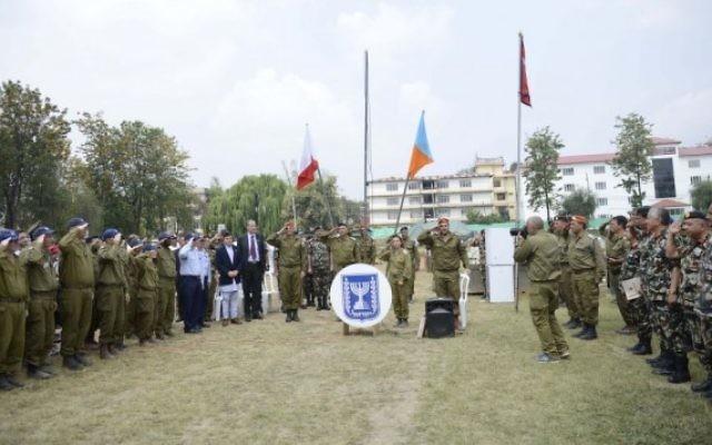 Des officiels israéliens et népalais lors de la cérémonie de fermeture de l'hôpital de campagne de Tsahal à Katmandou  (Crédit : Tsahal)