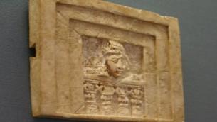 Fenêtre avec le visage dégoûté d'une femme regardant vers l'extérieur, au Musée des Pays de la Bible de Jérusalem (Crédit photo: Shmuel Bar-Am)