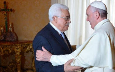 Mahmoud Abbas et le pape François au Vatican, le 16 mai 2015 (Crédit : AFP)