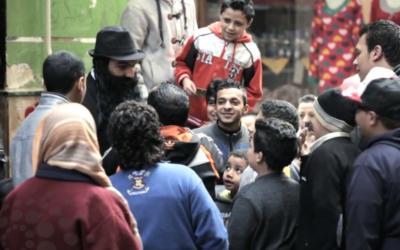 Capture d'écran du journaliste égyptien déguisé en juif religieux dans les rues du Caire (Crédit : YouTube)