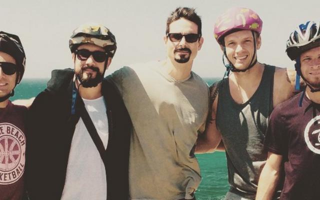 Les cinq membres des Backstreet Boys à la plage de Tel-Aviv (Courtesy Brian Littrell Instagram)