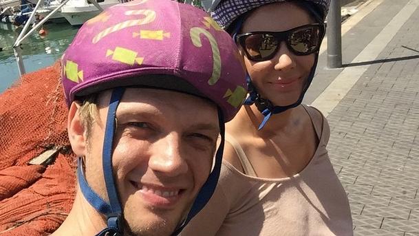 """Nick Carter, l'un des Backstreet Boys, a tweeté : """" Nous sommes à Tel Aviv et je porte un casque de vélo ROSE""""  (Courtesy Nick Carter Twitter)"""