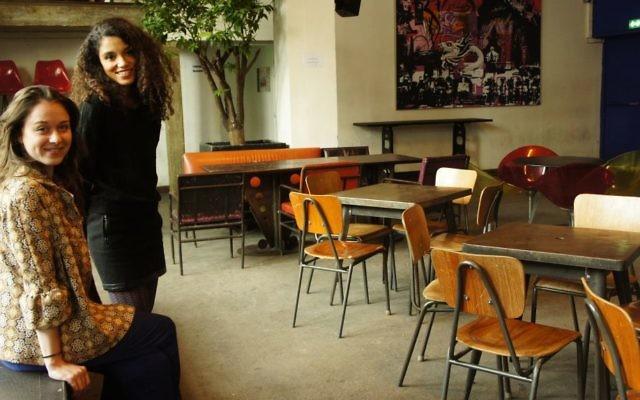 """Inès et Kenza à """"La Bellevilloise"""", dans la salle où se tiendra le festival (Crédit : Pèlerinage en décalage)"""