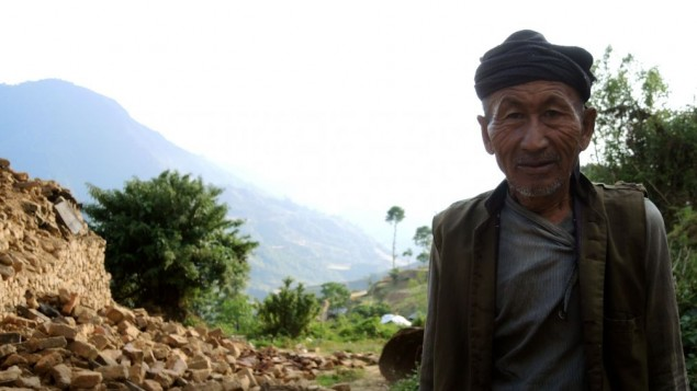 Un vieil homme sourit aux travailleurs humanitaires dans le district de Sindhupalchok dans la zone rurale au Népal , une semaine après le premier tremblement de terre (Crédit : Melanie Lidman / Times of Israël)