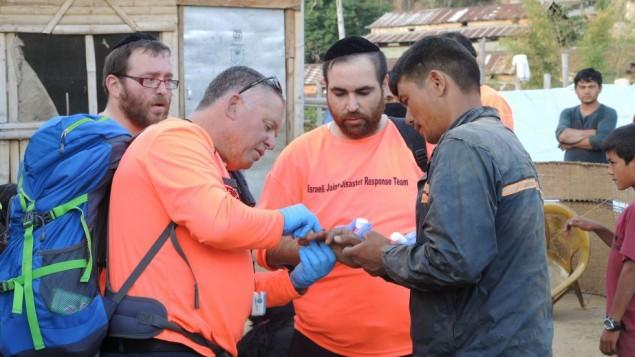 Des secouristes israéliens ont traité six villageois dans une clinique de fortune dans un village à trois heures de Katmandou. Tout le monde voulait aider, mais parfois le manque de communication et de connaissance locale a rendu l''aide moins efficace (Crédit : Melanie Lidman / Times of Israël)