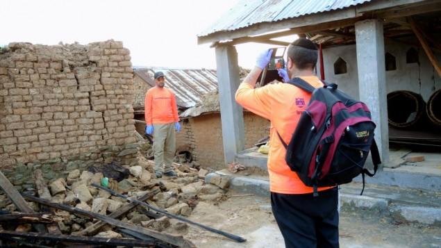 Les travailleurs humanitaires sont constamment conscients de la nécessité de documenter leur travail pour les donateurs actuels et futurs (Crédit : Melanie Lidman / Times of Israël)