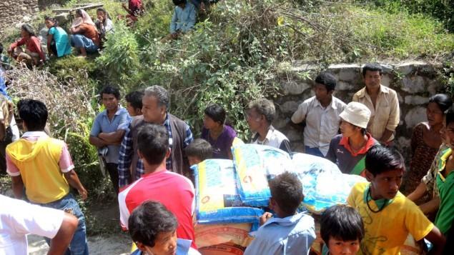 Les gens attendent patiemment de la nourriture dans un village dans le district Sindhupalchok au Népal le 1er mai 2015, une semaine après le premier tremblement de terre (Crédit photo: Melanie Lidman / Times of Israël)