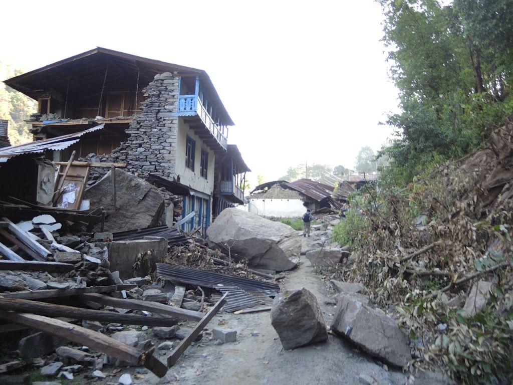 D'énormes rochers se sont écrasés dans un éboulement et démolis des maisons dans le village de Topani, dans le district de Sidhulpalchowk durement touchée. Cela nous a pris sept heures pour y aller en bus à partir de Katmandou, au Népal, mai 2015 (Crédit photo : Melanie Lidman / Times of Israël)