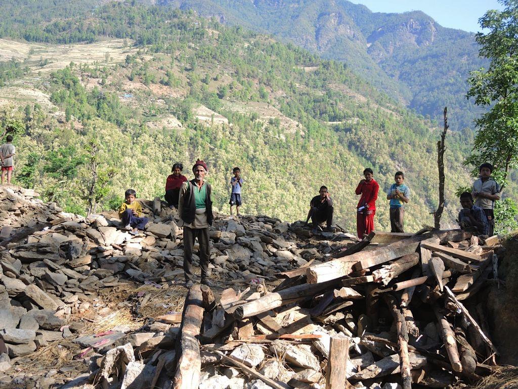 Sur notre chemin pour mettre en place une clinique médicale, un homme nommé Shista (celui qui porte le chapeau) nous a demandé de la nourriture et des médicaments, mais les porteurs avait déjà emmené les médicaments sur le site de la clinique. Shista perdu trois membres de sa famille, y compris sa fille. Ici, il se tient avec sa famille sur les ruines de leur maison dans le village de Topani démoli, dans le district durement touché Sidhulpalchowk à 7 heures de route de Katmandou, au Népal, mai 2015 (Crédit photo: Melanie Lidman / Times of Israël)