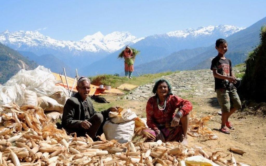 Une famille tente de sauver une partie de leur nourriture récupérée d'une maison effondrée dans le village reculé de Tar, dans le district de Sindhupalchuk au Népal, le 1er mai 2015 (Crédit photo: Melanie Lidman / Times of Israël)