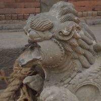 Certaines sculptures datant du 16e siècle ont survécu (Crédit : Melanie Lidman/Times of Israel staff)