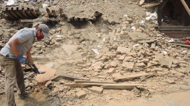 Damodar Suwal, un agent du centre d'information touristique sur la square Darbar de Bhaktapur, a dit qu'un petit aspect positif du tremblement de terre est que le pays entier s'est uni derrière Bhaktapur  (Crédit : Melanie Lidman / Times of Israël)