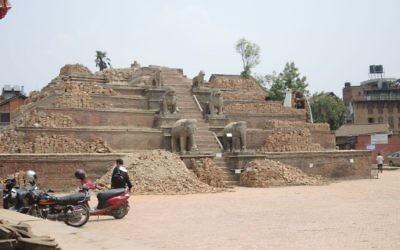 Un temple détruit sur le square Durbar, dans la vieille ville de Bhaktapur, en périphérie de Katmandou.(Crédit : Melanie Lidman / Times of Israël)