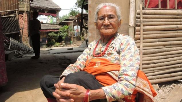 Ratnamaya Suwal, 82, est né quatre mois après le dernier tremblement de terre massif à Katmandou. Sa maison a été démolie dans le séisme. (Crédit : Melanie Lidman / Times of Israël)