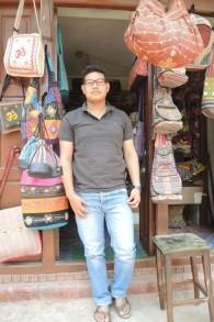 Sanjay Darshandhari, 20 ans, propriétaire d'un magasin d'artisanat à Bhaktapur (Crédit : Melanie Lidman / Times of Israël)