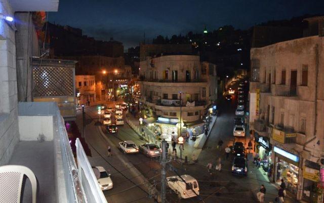 Le centre d'Amman la nuit, le 29 mars 2015 (Crédit : Avi Lewis / Times of Israël, Benyamin Loudmer)