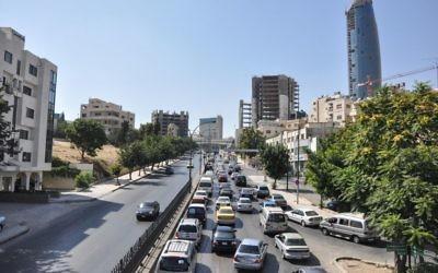 Le trafic de la mi-journée tandis que les gens rentrent chez eux à partir après 15 heures (Crédit : Michal Shmulovich / Times of Israël)