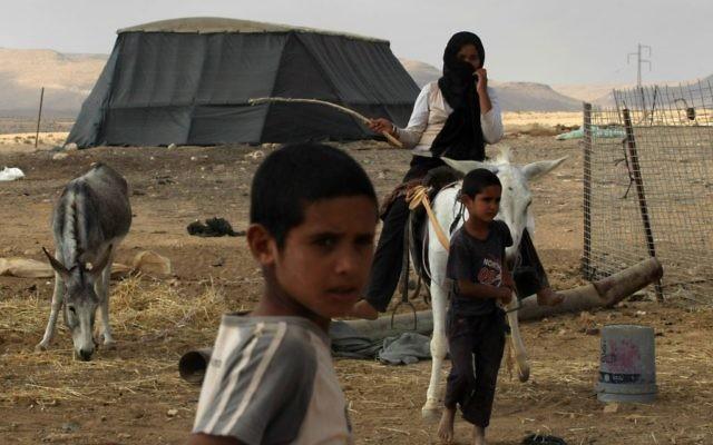 Des Bédouins près de Mitzpe Ramon, dans le Néguev, en août 2009. (Crédit : Kobi Gideon/Flash90)