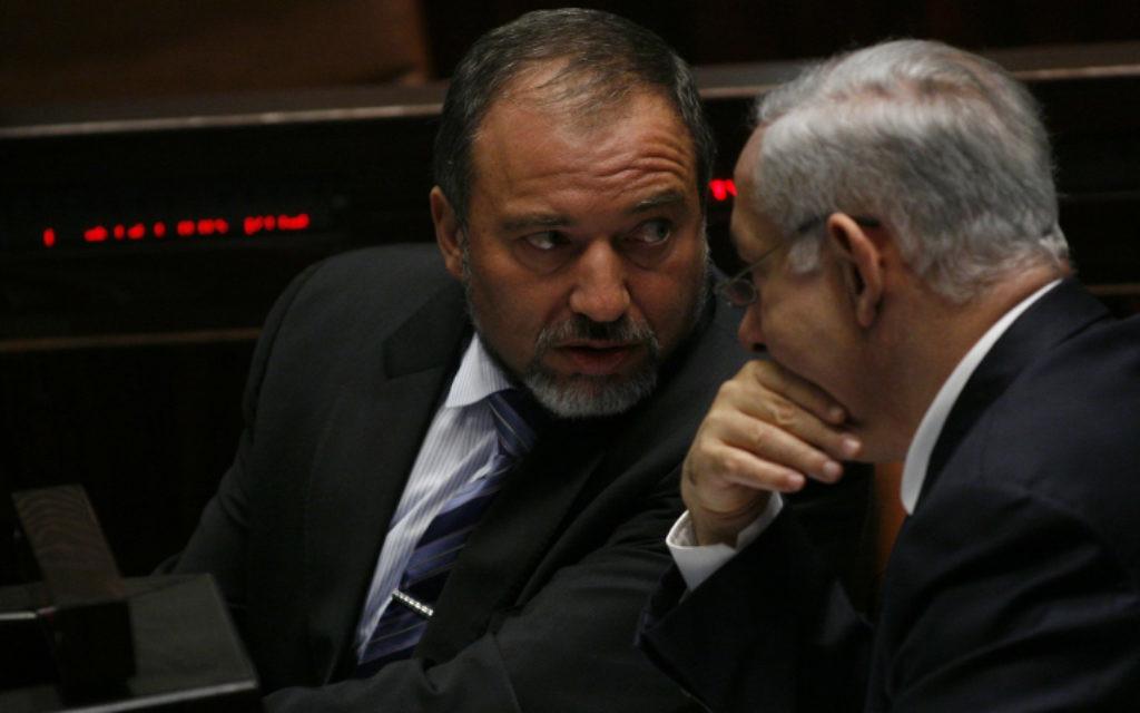 Benjamin Netanyahu (à droite) et Avigdor Liberman à la Knesset. (Crédit : Miriam Alster / Flash90)