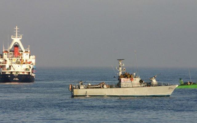 Les forces navales de l'armée israélienne arrêtant les navires de la flottille d'aide pour Gaza en provenance de la Turquie en 2010 (Crédit : Moti Milrod / Pool / Flash90)