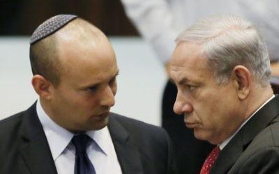 Le dirigeant du parti HaBayit HaYehudi Naftali Bennett (à gauche) avec le Premier ministre Benjamin Netanyahu à la Knesset, le 22 avril 2013. (Crédit : Miriam Alster / Flash90)
