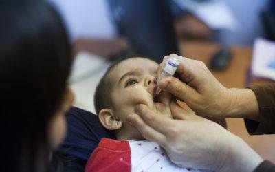 Un enfant se fait vacciner au centre médical pour enfants à Neve Yaakov, Jérusalem, le 10 septembre 2013. (Crédit : Yonatan Sindel / Flash90)