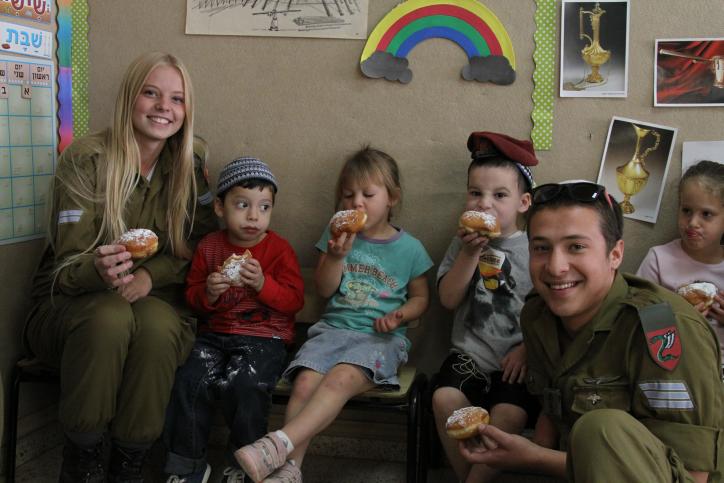 Les soldats qui envisagent  une conversion en visite dans un jardin d'enfants à Efrat pour Hannukah le 7 novembre 2013 (Crédit : Gershon Elinson / flash 90)