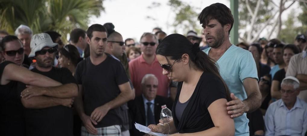 Gila Tragerman, avec son mari, Doron, à côté d'elle, fait l'éloge de leur fils de 4 ans, Daniel à ses funérailles, le 24 août, 2014 (Crédit : Hadas Parush / Flash90)