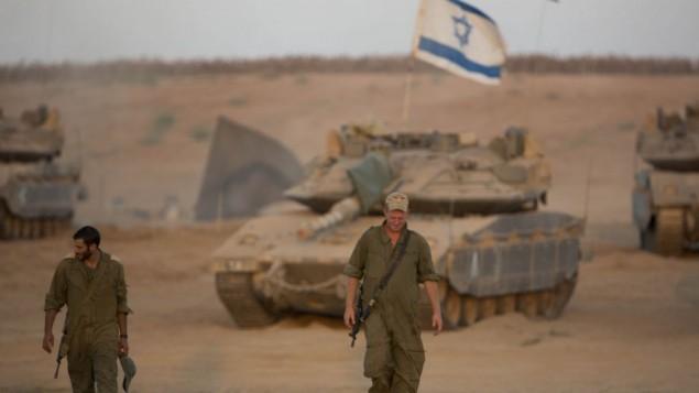 Les soldats israéliens dans une zone de déploiement près de la frontière avec la bande de Gaza le 25 août 2014 (Crédit : Yonatan Sindel / Flash90