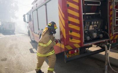 Les pompiers tentant d'éteindre un grand incendie qui avait éclaté à Jérusalem, le 26 août  2014. (Crédit : Yonatan Sindel / Flash90)