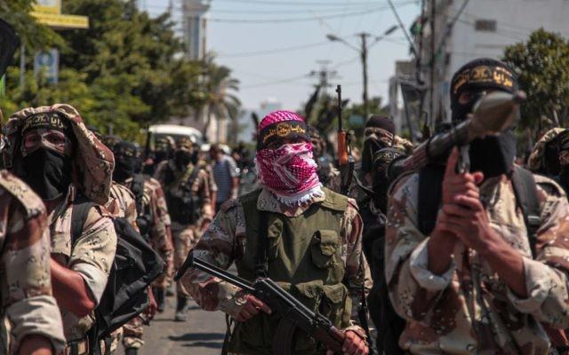 Des partisans palestiniens du Jihad islamique célébrant ce qu'ils disent être une victoire sur Israël, dans la ville de Gaza, le 29 août 2014  (Crédit : Emad Nassar / Flash90)