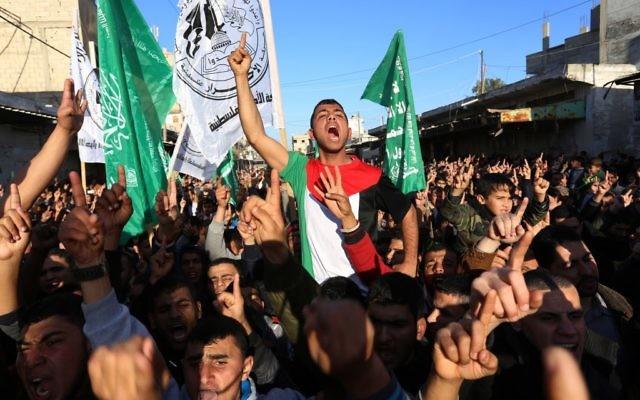 Des hommes palestiniens crient des slogans lors d'un rassemblement près de la frontière de Rafah, entre le sud de la bande de Gaza et l'Egypte le 5 février 2015. (Crédit : Abed Rahim Khatib / Flash90)