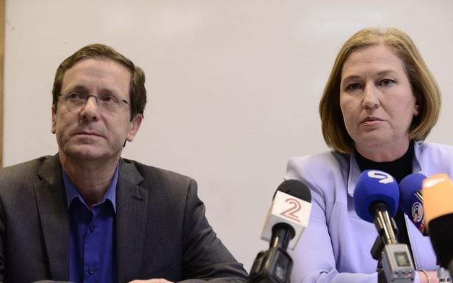 Les dirigeants de l'Union sioniste, les députés Isaac Herzog et Tzipi Livni, lors d'une conférence de presse à Tel Aviv, le 18 mars 2015. (Crédit : Tomer Neuberg/Flash90)