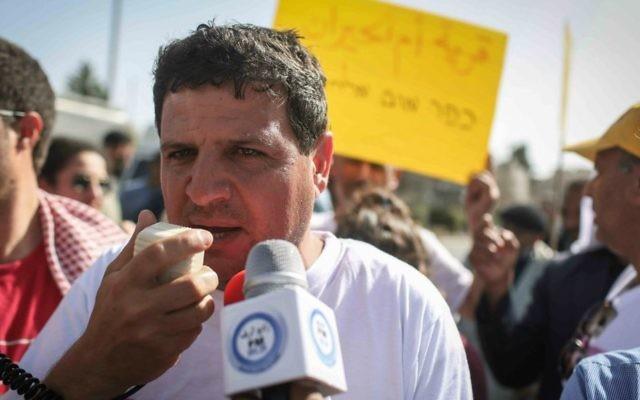Ayman Odeh parle avec la presse en face de la résidence du président lors d'une manifestation des militants bédouins à Jérusalem, le 29 mars 2015 (Crédit : Hadas Parush / Flash90)