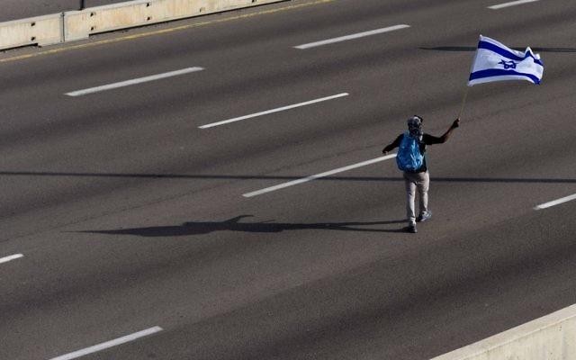Un manifestant sur l'autoroute d'Ayalon bloqué pour la manifestation contre la violence et le racisme dirigés contre les Israéliens d'origine éthiopienne, le 3 mai 2015. (Crédit : Ben Kelmer / FLASH90)