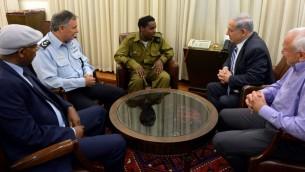 Benjamin Netanyahu reçoit le jeune soldat israélien d'origine éthiopienne à la résidence du Premier ministre - 4 mai 2015 (Crédit :  Haim Zach / GPO)