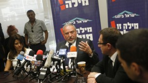 Avigdor Liberman lors de la réunion du parti Israël Beitenou à la Knesset le 4 mai 2015 (Crédit : Miriam Alster / Flash90)