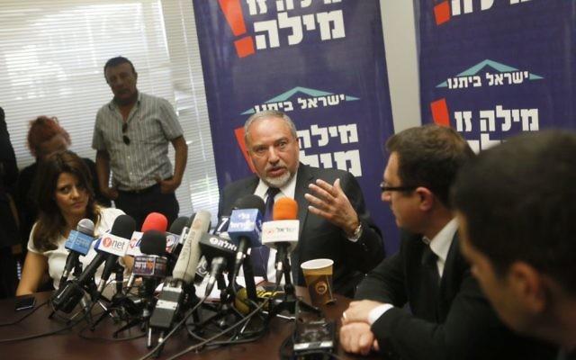Avigdor Liberman lors de la réunion du parti Yisrael Beytenu à la Knesset le 4 mai 2015 (Crédit photo: Miriam Alster / Flash90)