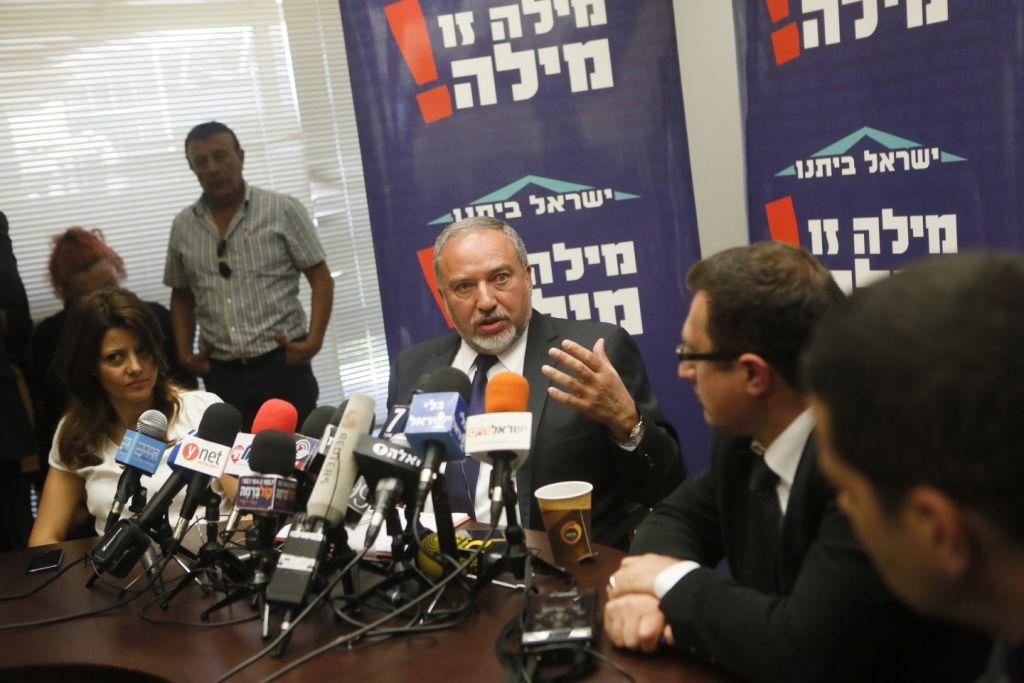Avigdor Liberman lors de la réunion du parti Israël Beitenou à la Knesset le 4 mai 2015(Crédit : Miriam Alster / Flash90)