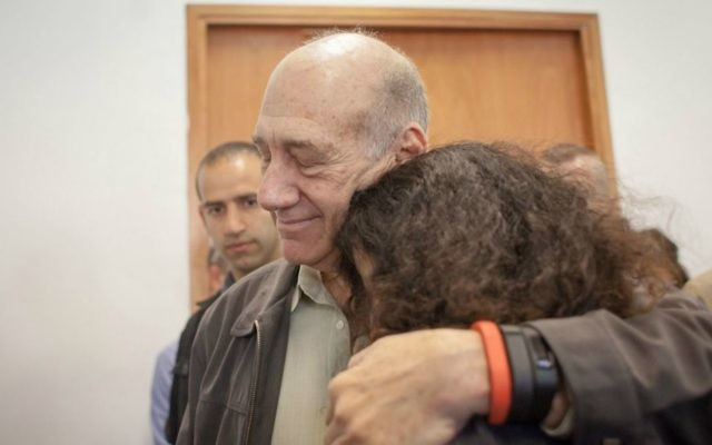 L'ancien Premier ministre Ehud Olmert à la Cour de district de Jérusalem lors de l'audience de détermination de la peine, le 5 mai 2015. (Crédit : Emil Salman / Pool / Flash90)