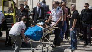 L'avocate israélienne Ruth David, reliée à l'affaire judiciaire de l'avocat israélien Ronel Fisher est emmenée par les ambulanciers dans une ambulance à l'extérieur de la cour du magistrat à Jérusalem le 8 mai 2015 (Crédit : Yonatan Sindel / Flash90)