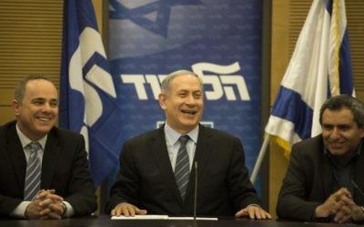 Le Premier ministre Benjamin Netanyahu (au centre) lors d'une réunion du Likud à la Knesset, le 11 mai 2015 (Crédit : Hadas Parush / Flash90)