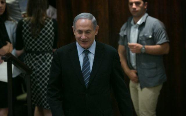 Le Premier ministre Benjamin Netanyahu lors d'une session du plénum sur l'expansion du nombre de ministres dans la nouvelle coalition le 11 mai 2015. (Crédit : Miriam Alster / Flash90)