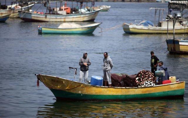 Des pêcheurs palestiniens au port de la ville de Gaza, le 13 mai 2015. (Crédit : Aaed Tayeh/Flash90)