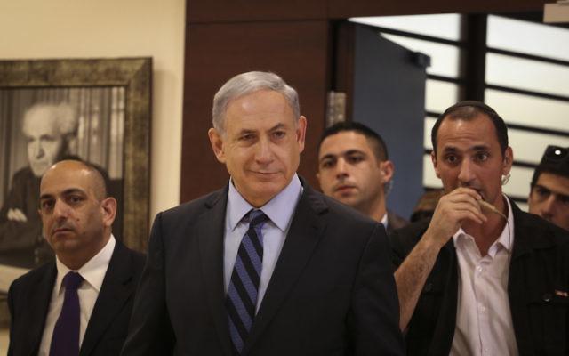 Benjamin Netanyahu quitte son bureau de la Knesset, le 13 mai 2015. (Crédit : Hadas Parush/Flash90)