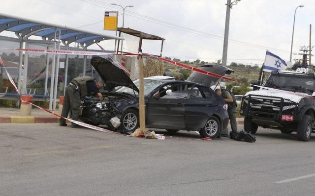 Les forces de sécurité israéliennes inspectent le véhicule d'un Palestinien qui a écrasé des Israéliens près Alon Shvut à Gush Etzion, le 14 mai 2015 (Crédit : Gershon Elinson / Flash90)