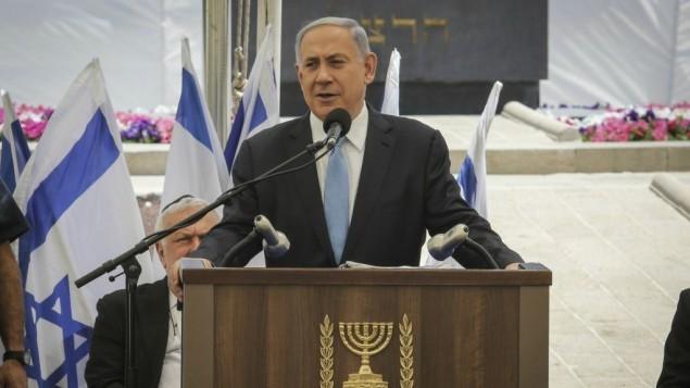 Benjamin Netanyahu a pris la parole pendant la cérémonie de commémoration des Juifs Ethiopiens décédés en chemin, le 17 mai 2015 au Mont Herzl, Jérusalem.  (Crédit : Gil Yochanan/POOL)