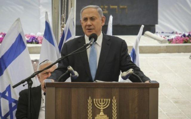 Benjamin Netanyahu pendant la cérémonie de commémoration des Juifs Ethiopiens décédés en chemin, le 17 mai 2015 au Mont Herzl, Jérusalem.  (Crédit : Gil Yochanan/POOL)